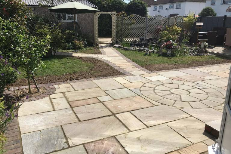 indian-sandstone-patio-with-block-paved-edging-2712.jpg